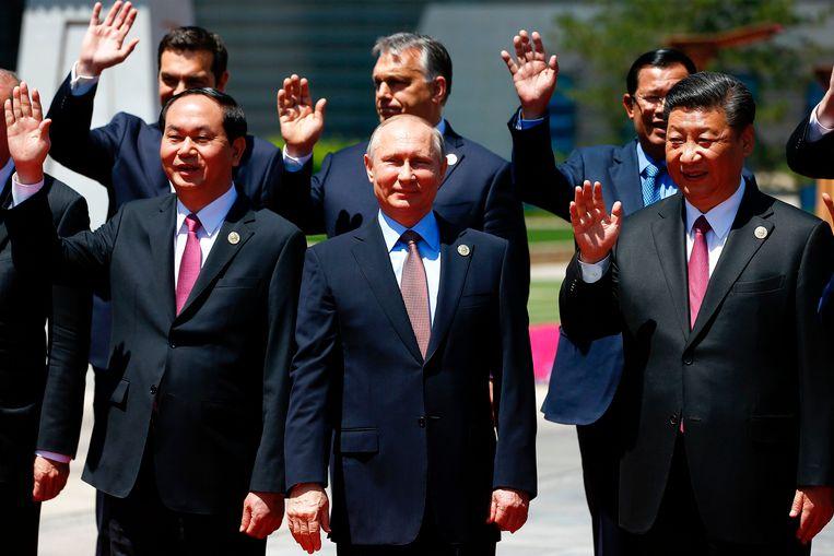 Poetin poseert met Vietnamees president Tran Dai Quang (links) en Chinees president Xi Jinping (rechts) tijdens de economische top in de buurt van Peking.