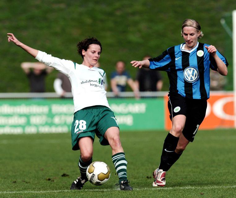 Femke Maes (l) hier in actie in de halve finale van de Duitse beker tegen VfL Wolfsburg -  11 april 2009.