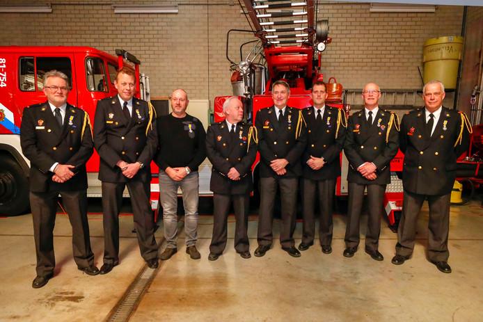 Acht brandweermannen kregen dinsdagavond een onderscheiding uit handen van burgemeester Jos van Bree.