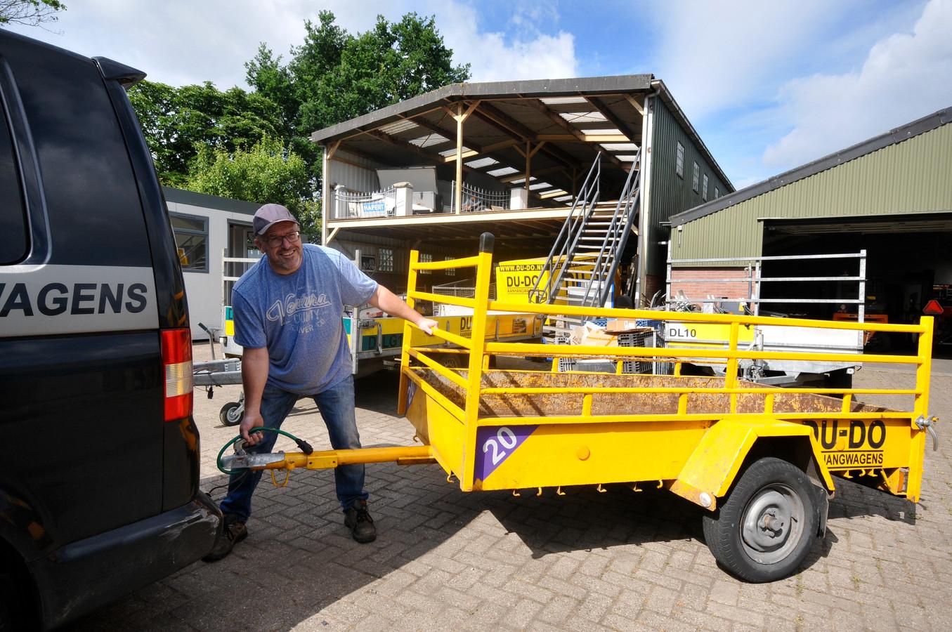 Peter Simons van Du-Do Aanhangwagens in Dordrecht zit weer op het oude adres op nummer 65, terwijl het aangekochte nieuwe terrein op 59a al jaren leeg staat.