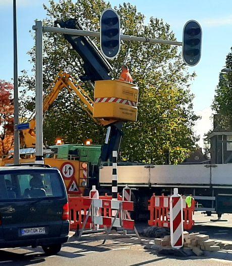 Vernieuwing verkeerslichten kruising Sluitersveldsingel in Almelo zorgt voor overlast