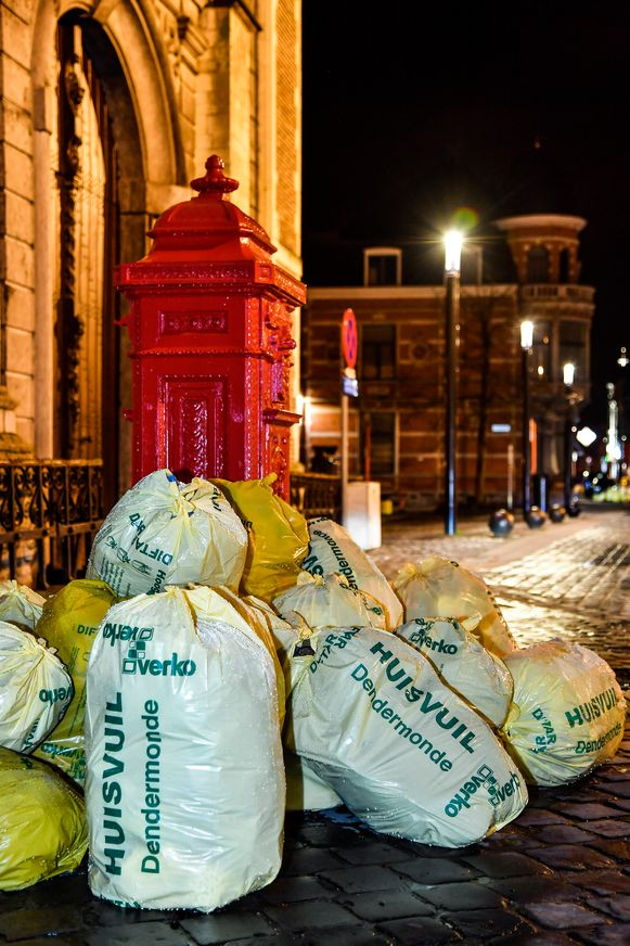 Meer vuilniszakken dan portaal van de kerk aan het Heldenplein...