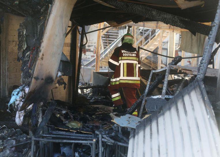 De brandweer moest tot zaterdagochtend nablussen.