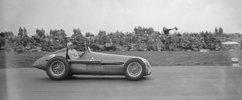 De Italiaan Giuseppe Farina (1906 - 1966) in zijn Alfa Romeo op het circuit van Silverstone in 1951, destijds even dominant als Lewis Hamilton in zijn Mercedes in 2020.