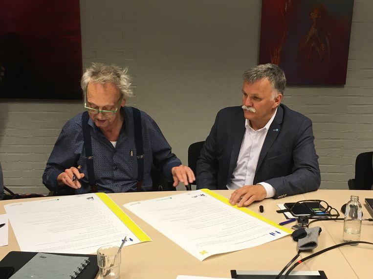 Schepen Hugo Leroux (links) en burgemeester Rik Kriekels (rechts) ondertekenden het charter