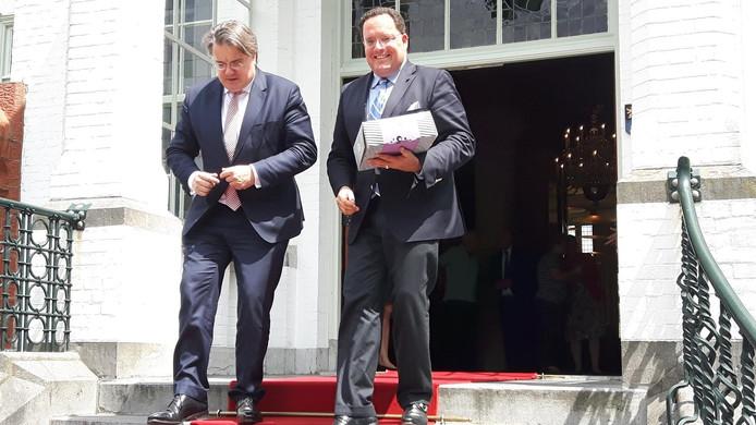 Commissaris van de Koning van de Donk (links) bracht een werkbezoek aan Vught. Rechts staat burgemeester Van de Mortel.