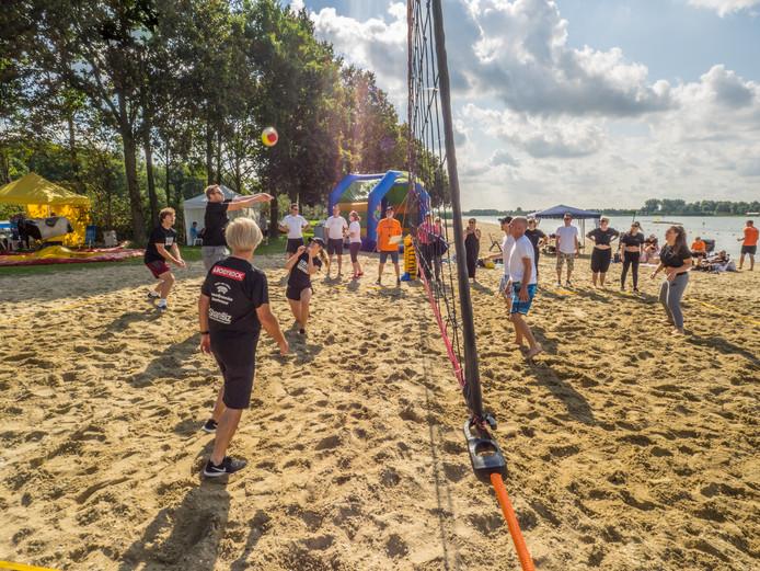 Twee teams in actie tijdens een eerdere editie van het Beachvolley Spektakel.