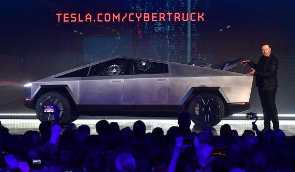 Elon Musk presenteert de elektrische pick-uptruck van Tesla: de Cybertruck. Ondanks de blunder met de onbreekbare ruiten die toch sneuvelden, lopen de bestellingen vlot binnen.