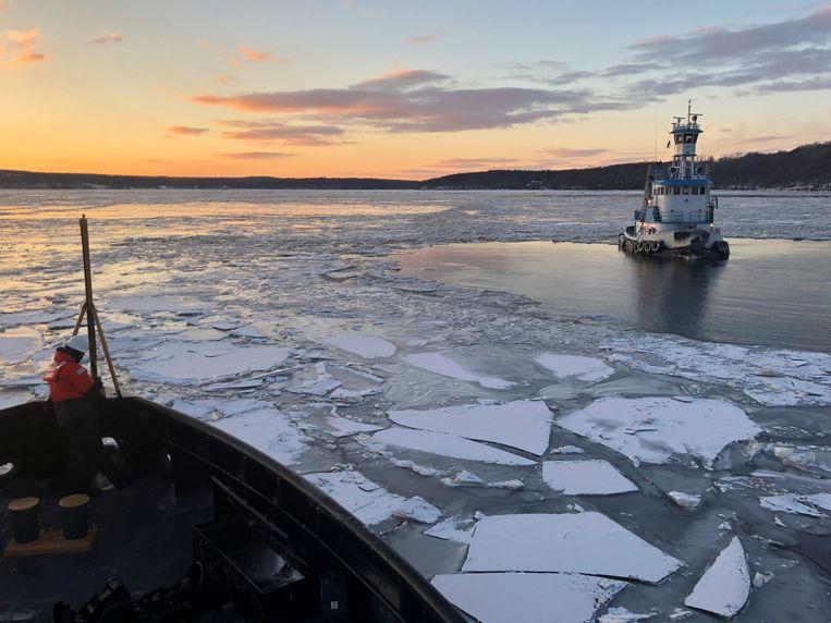Een schip loopt vast op de Hudson nabij Kingston en moet geholpen worden.