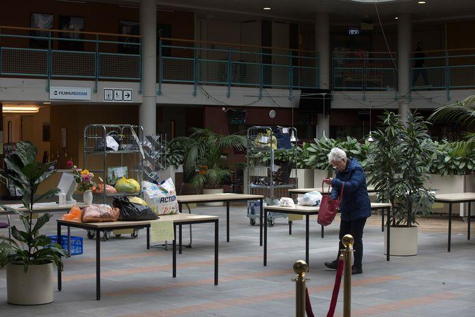 Vanuit de hal in Meulenvelden  is er contact mogelijk met bewoners van Diemzicht die  op de binnenring op de tweede verdieping staan. Foto ter illustratie.