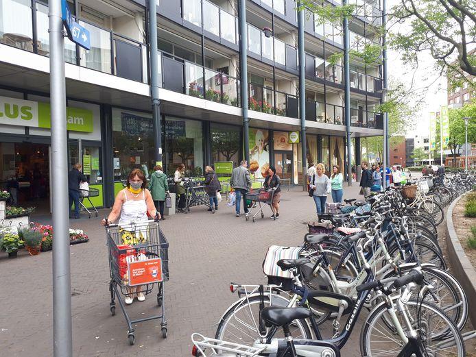 Veel mensen vinden dat ze bij het boodschappen doen, zoals hier in De Bieshof in Dordrecht te weinig afstand kunnen houden.