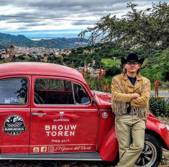 Dirk Lotgerink bij de kever die hem door alle staten van Mexico voerde.