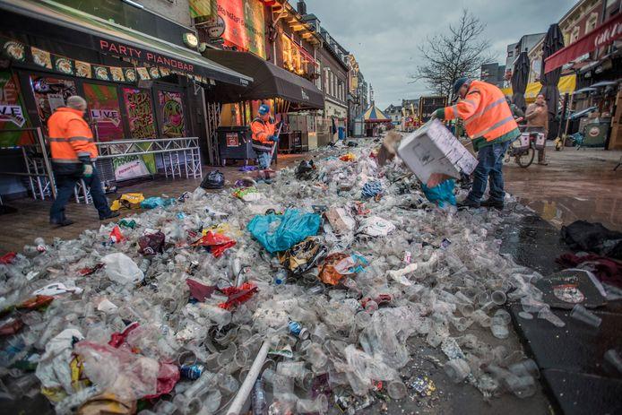 Het centrum van Tilburg, bezaaid met plastic bekers na een avondje carnaval.