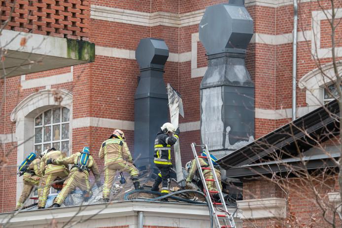 Zaterdag. Zes brandweermannen klimmen het dak van The Jane op om het vuur te doven.