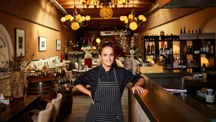 Restaurant Karakter van eigenaar en chef-kok Pety Breugem is gevestigd in een oud pakhuis op het Westelijk Handelsterrein in Rotterdam. Karakter is een vriendelijke zaak, maar we missen eigenheid en finesse.