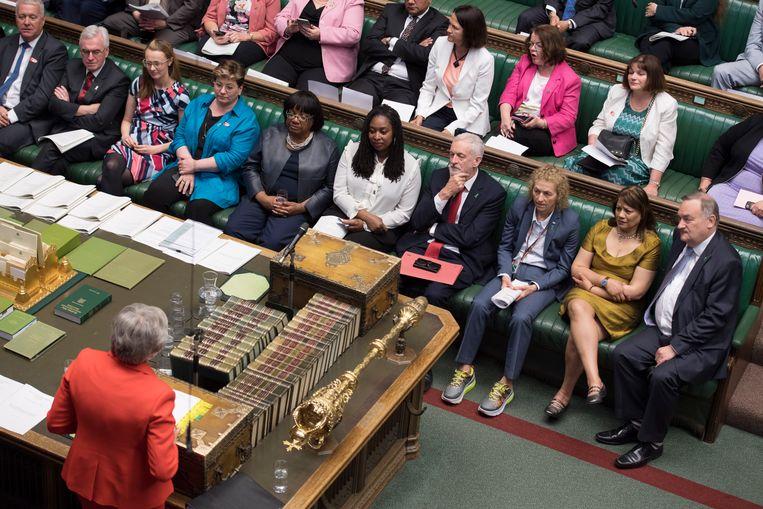De Britse premier Theresa May tegenover Labourleider Jeremy Corbyn.