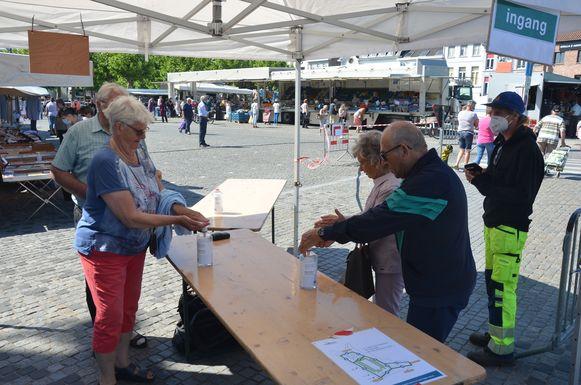 Bij het betreden en verlaten van de markt wordt van de bezoekers verwacht dat ze handgel gebruiken.