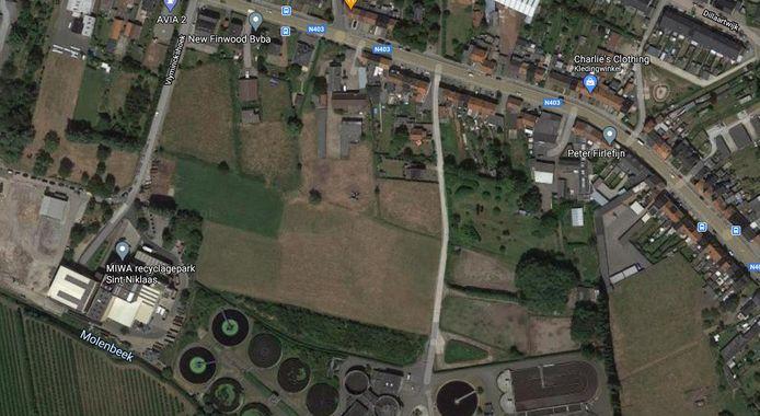 De plek waar de nieuwe LAB-school zich wil vestigen, tussen de Kleibeekstraat (boven), het MIWA-recyclagepark (linksonder) en het Aquafin-waterzuiveringsstation (onder).