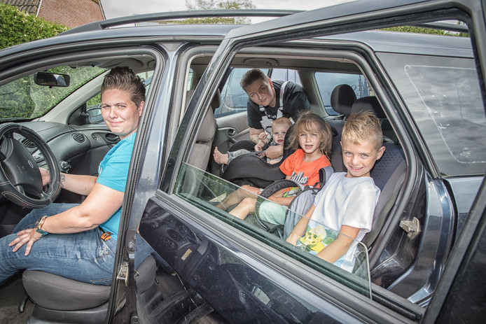 Tamara Kroes (achter het stuur) en Jessica Janse (rechts achterin) hebben hun auto weer terug.