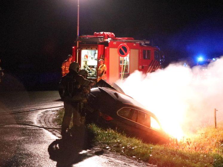 Auto belandt in sloot en vliegt in brand na ongeluk in Beuningen