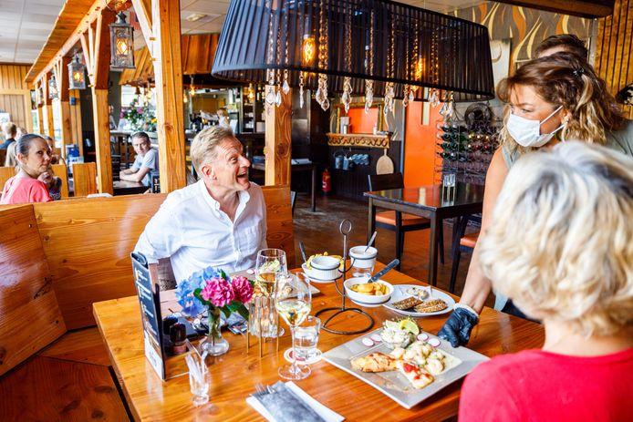 Steak- en Ribhouse Big Texas in Wanneperveen is na 3 weken weer open. Burgemeester Rob Bats en zijn echtgenote hadden als een van de eersten een tafeltje geboekt.
