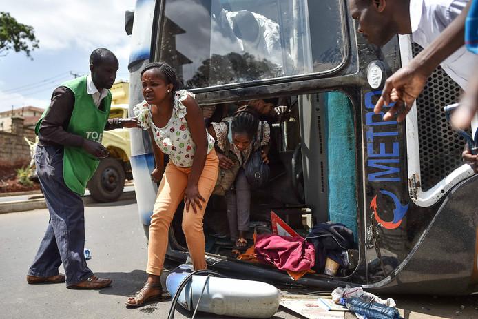 Keniaanse passagiers stappen uit een na een aanrijding met een vrachtwagen in de straten van Nairobi. Een aantal passagiers raakten lichtgewond. Foto Tony Karumba