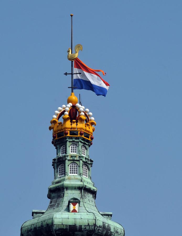 De vlag bij een eerdere gelegenheid half stok op de Lange Jan in Middelburg.