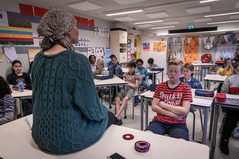 Fatima Boutaka is leerkracht op basisschool De Horizon in Nieuw West. In groep 8 geeft ze aandachtstraining. Beeld Dingena Mol