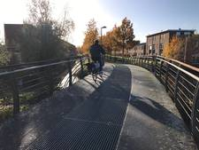 Deventer opgeschrikt door touwtjes over fietsbrug: 'Levensgevaarlijk!'