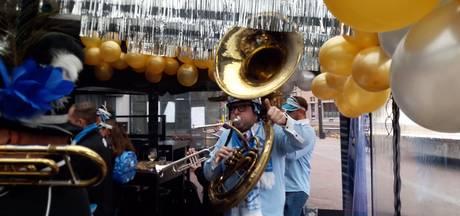 Carnavalesk toeteren tijdens 'Prijsbloaze' in centrum van Helmond