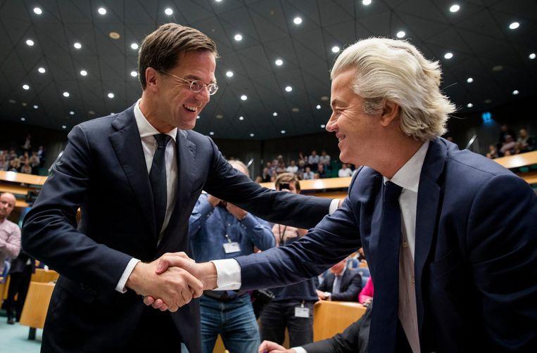 Premier Mark Rutte en PVV-fractievoorzitter Geert Wilders schudden elkaar de hand in de plenaire zaal tijdens de Algemene Politieke Beschouwingen in september. Beeld anp