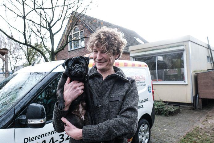 Alex Ebbers met mopshond Geit bij het Dierencentrum Achterhoek.