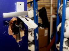 Man met wit mondkapje breekt in bij VV Helvoirt; veel schade, weinig buit