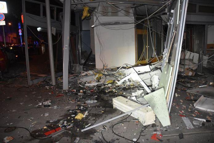 De volledig verwoeste geldautomatenruimte na de plofkraak in Aken, gistermorgen.