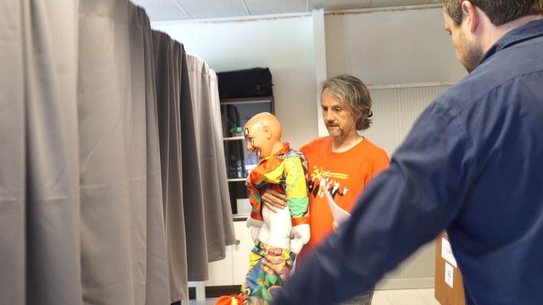 Koen Vromman gaat stemmen met een clown-pop met afgestoken broek.