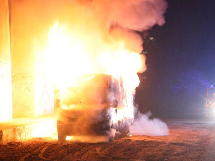 Bestelbusje gaat in vlammen op onder viaduct