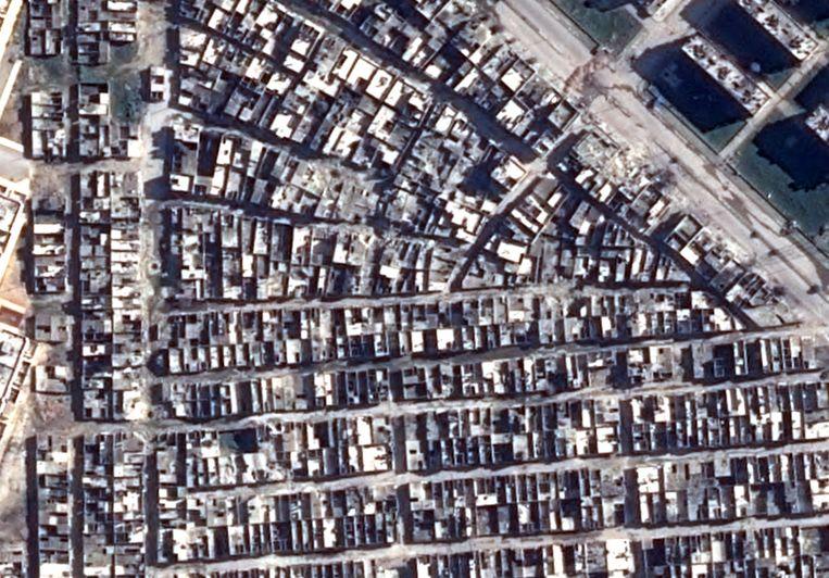 Satellietbeelden van de Haydariyeh-buurt in Aleppo, voor en na een aanval met vatenbommen.