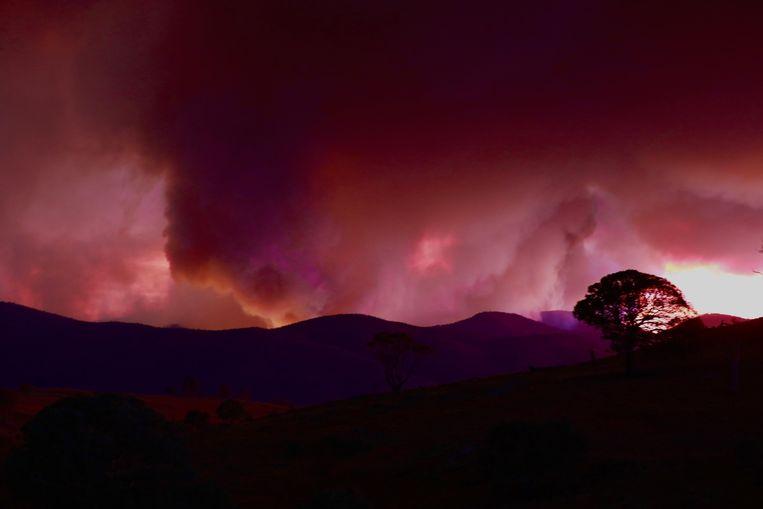 Een bosbrand ten zuiden van Canberra bedreigt de Australische hoofdstad.