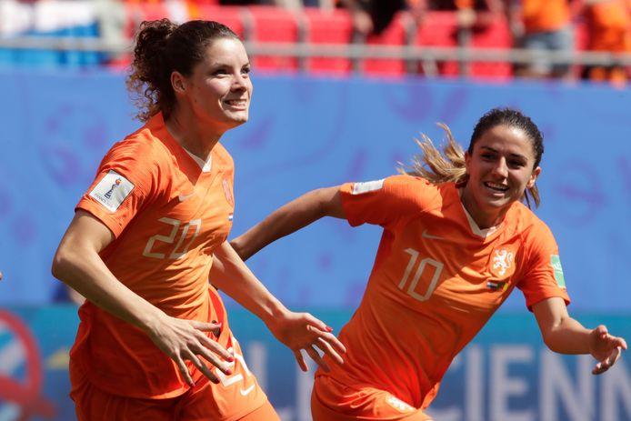 Dominique Bloodworth juicht na haar goal tegen Kameroen in de tweede poulewedstrijd.