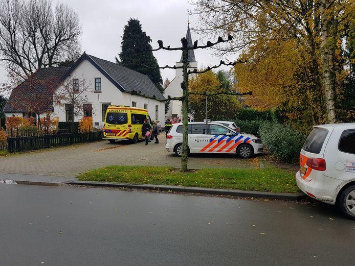 Politie aan de Dorpsstraat in Rhenoy na de mishandeling.