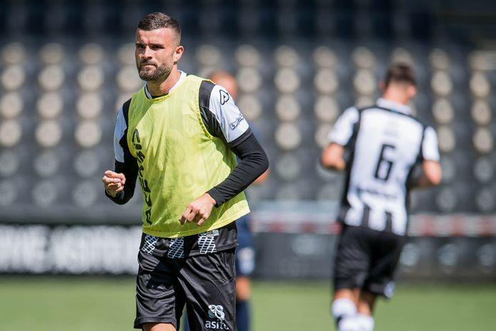 Rai Vloet maandag op de eerste training van zijn nieuwe club Heracles. NAC heeft nog een eerdere transfersom voor hem tegoed.