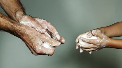 """""""Loop niet met natte handen rond"""": ziekenhuishygiënist vertelt hoe je je handen het best droogt"""