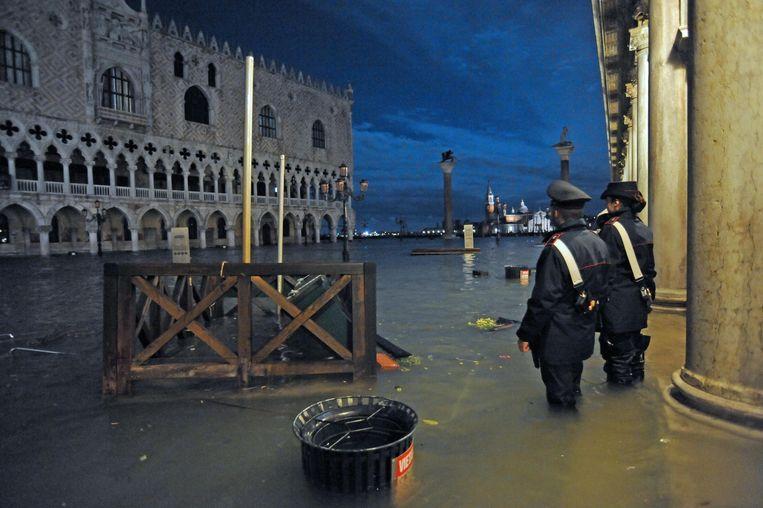 Het ondergelopen San Marcoplein in Venetië. Beeld EPA