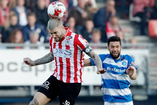 Sparta-spits Lars Veldwijk is Sven Nieuwpoort van De Graafschap de baas in de lucht.