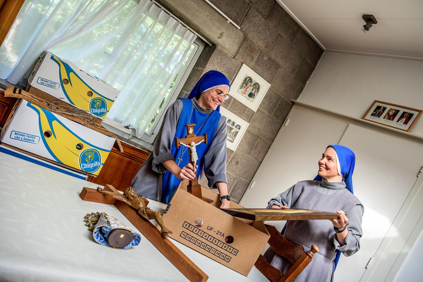 Twee leden van de Congregatie van de Blauwe Zusters pakken hun spullen elders in het land. De zusterorde onderzoekt of het een goede idee om zich te vestigen op het Begijnhof in Breda.