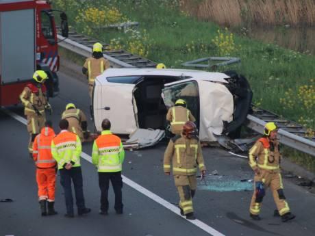 Auto belandt op zijkant na botsing met vangrail op A4