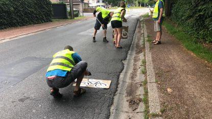 GMF en Fietsersbond schilderen zélf fietspad op gevaarlijke plek