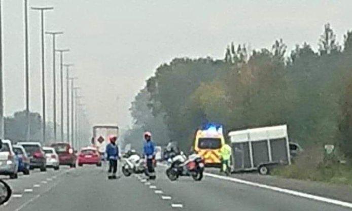 Door het ongeval waren twee rijstroken versperd.