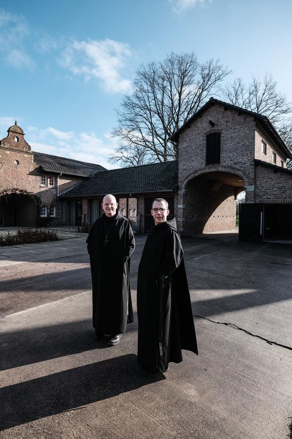Abt Henry Vesseur (links) en monnik Thomas Quartier bij het nieuwe spiritueel centrum op de Slangenburg.