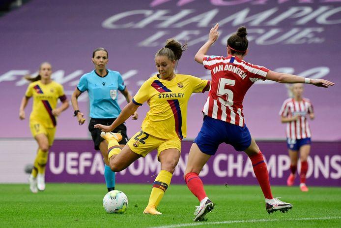 Barcelona-speelster Lieke Martens (in het geel) tegenover Merel van Dongen van Atlético Madrid.